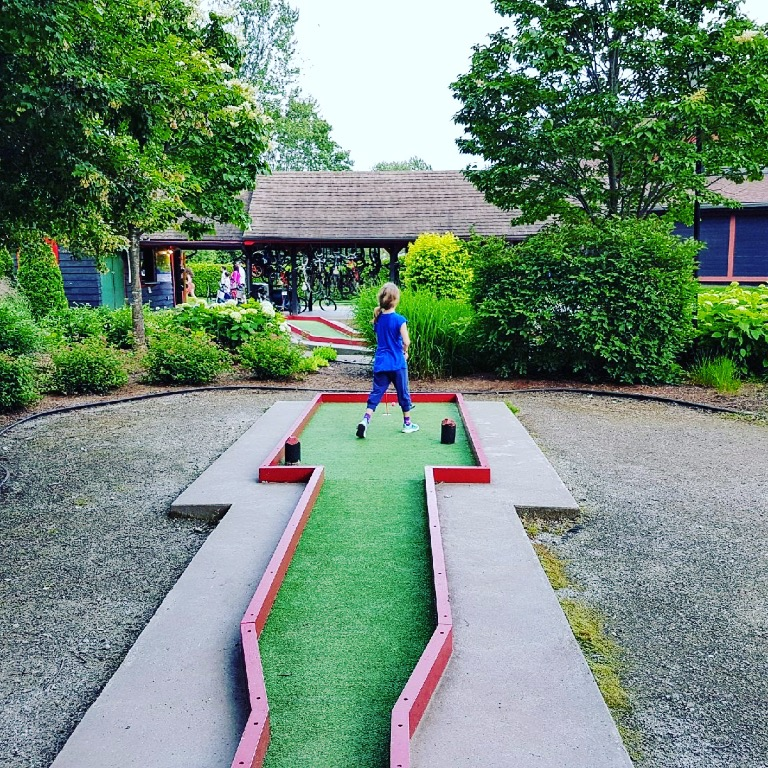 mini golf at chateau montebello
